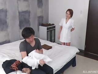 Instead of massage gung-ho Asian therapist gets a hard client's penis